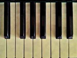 Touches jaunies d'un clavier de piano